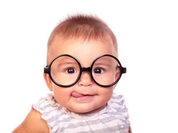 simpatico bambino con grandi occhiali da vista tondi