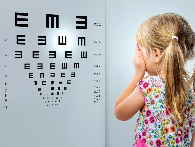 bambina misura la vista con il test delle e