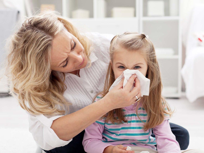mamma fa soffiare il naso a sua figlia