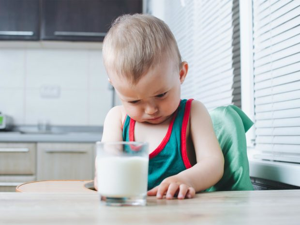 bambino non vuole bere il bicchiere di latte