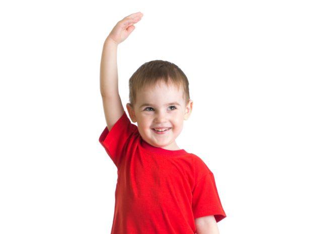 bambino con la maglietta rossa misura con il braccio la sua altezza