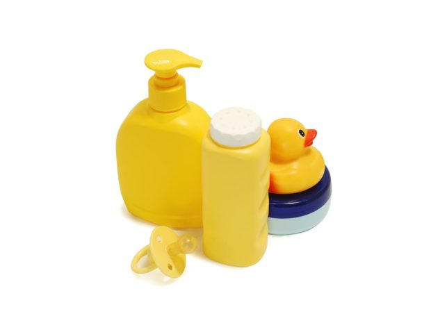 contenitore del sapone intimo, ciuccio, papera di gomma, e contenitore del borotalco di colore giallo