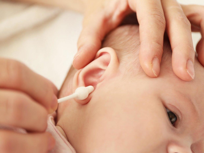 uso del cotton fioc per pulizia orecchio del neonato
