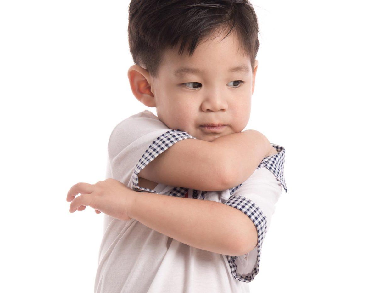 bambino si gratta la schiena