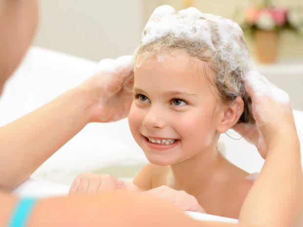 mamma lava i capelli della figlia nella vasca