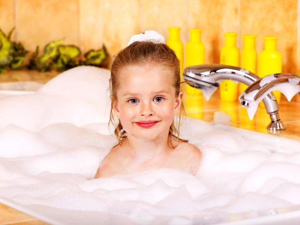 bambina nella vasca piena di schiuma