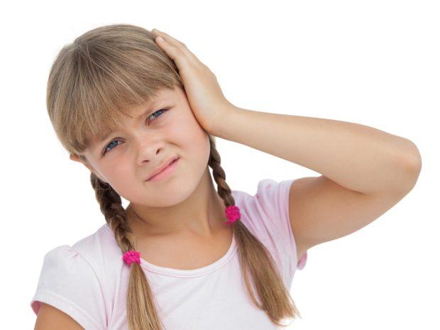 bambina si tocca l'orecchio dolorante