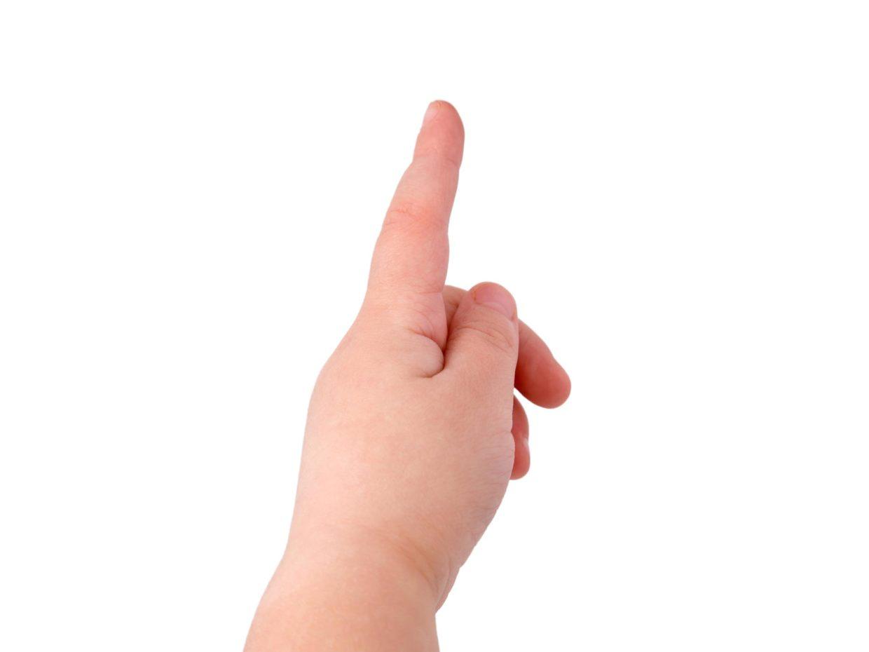 mano di bambino con indice alzato