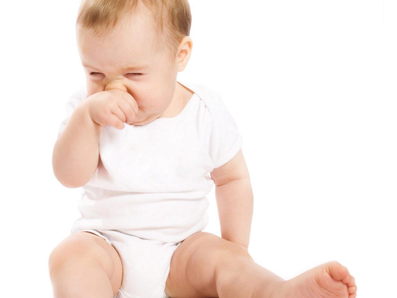 neonato si tocca il naso irritato