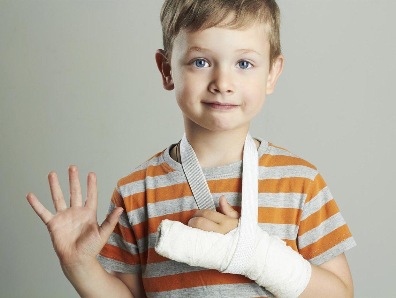 bambino con dita della mano fasciata