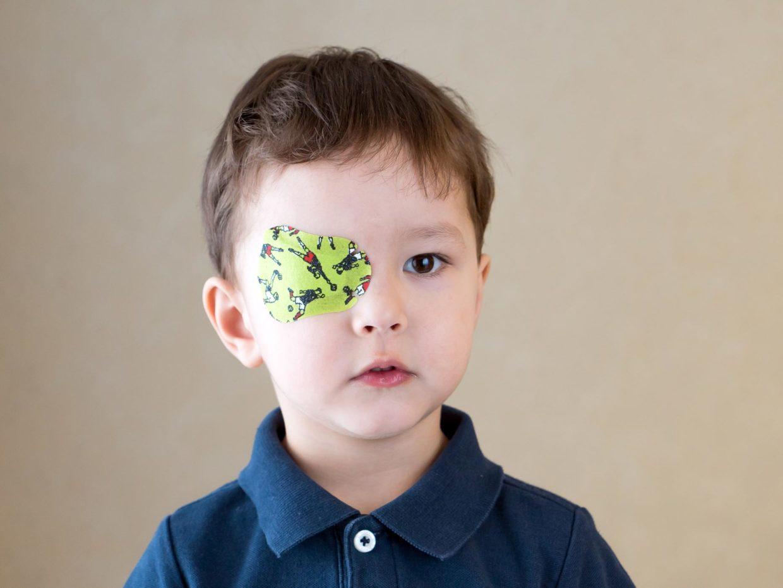 bambino con benda nell'occhio