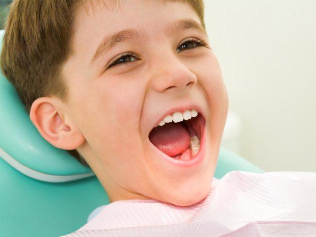 bambino con bocca aperta per visita dentistica