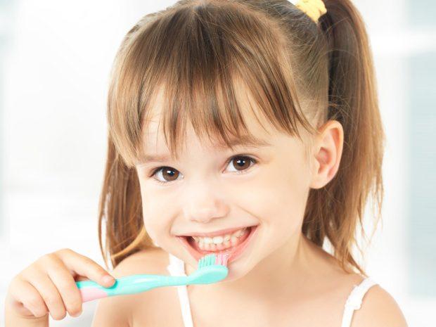 bambina con codine si lava i denti
