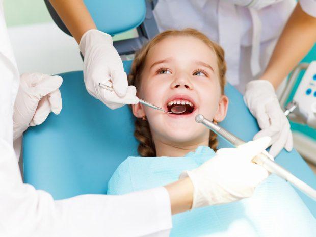 bambina in visita dal dentista