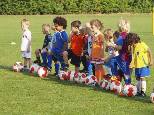 bambini in fila su campo da calcio durante un allenamento