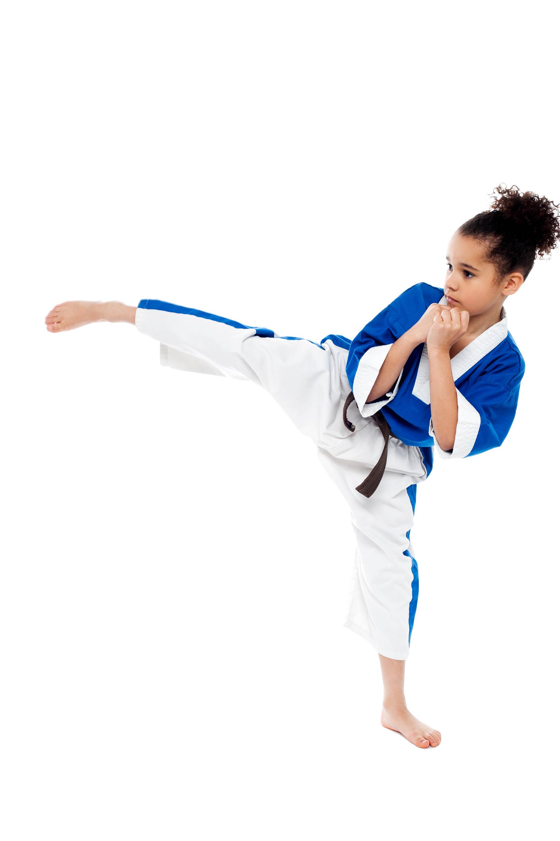 bambina pratica karate