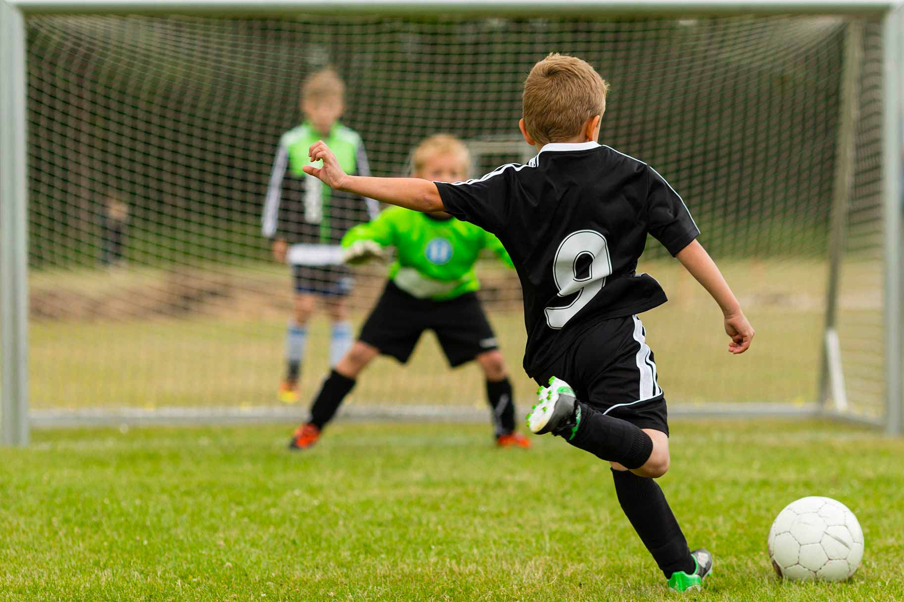 bambini pronto a calciare il pallone