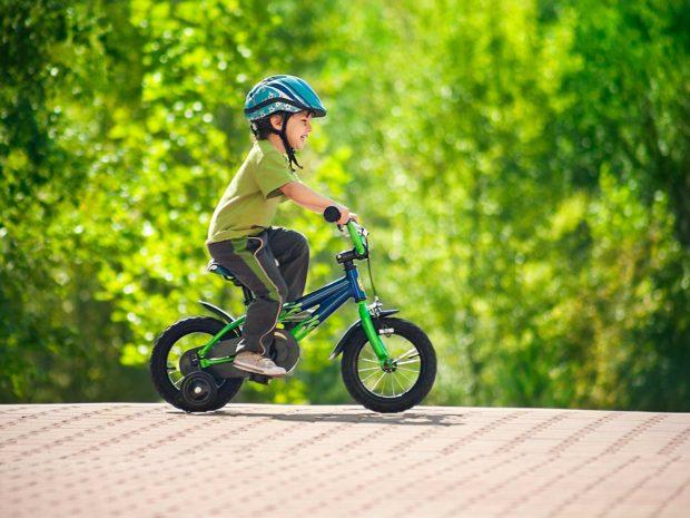 bambino con il casco sulla bicicletta