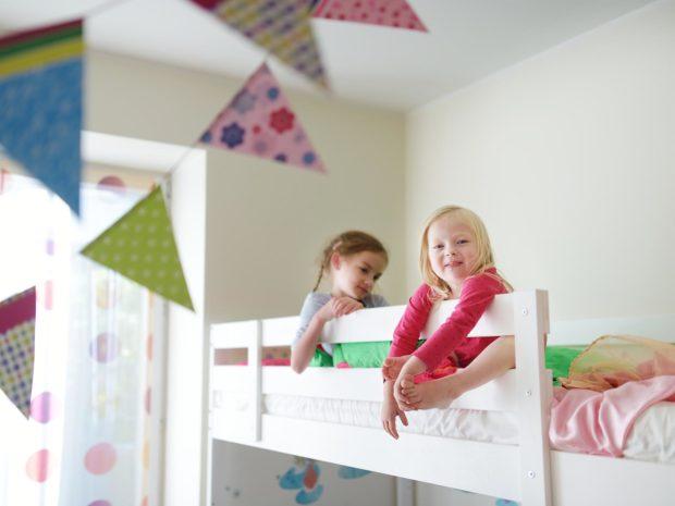 bambine appoggiate alla barriera del letto a castello