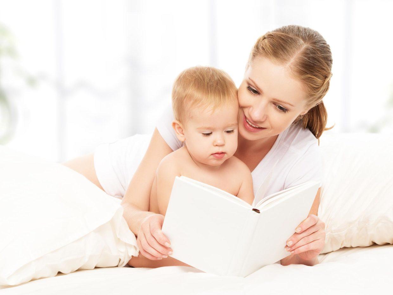 mamma guarda libro insieme al suo piccolo bambino