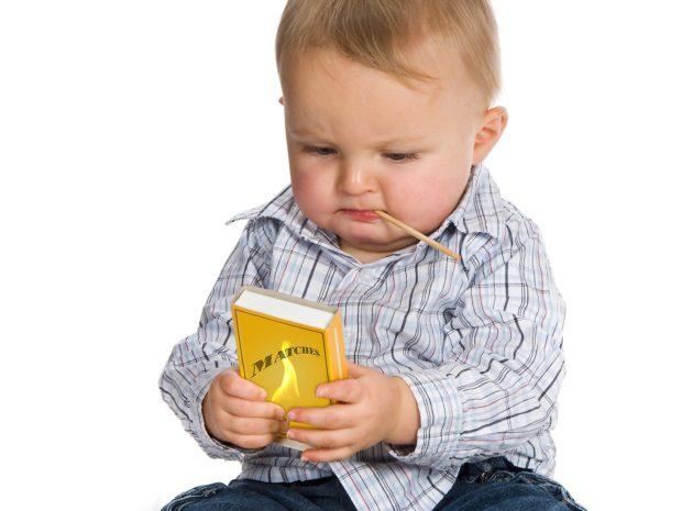 bambino gioca con una scatola di fiammiferi