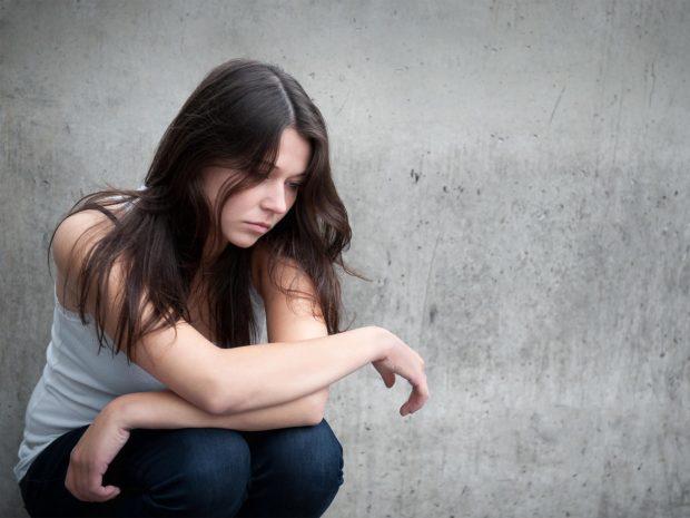 ragazza adolescente triste