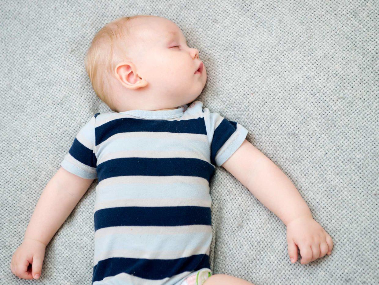 bambino dorme in posizione supina