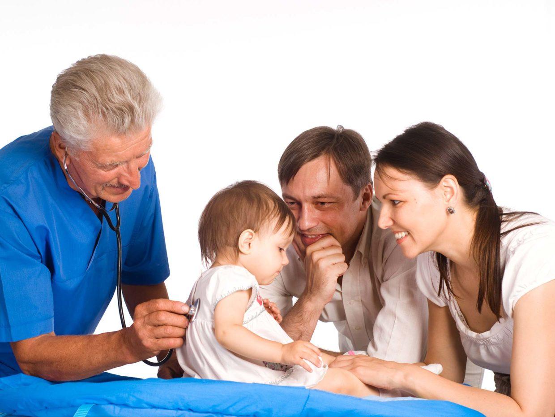genitori con figlia in visita dal pediatra