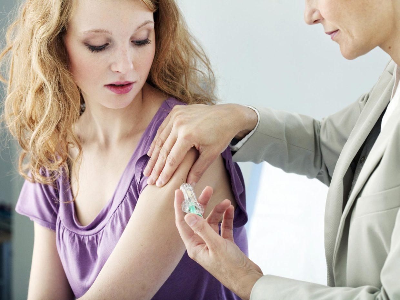 ragazza adolescente viene vaccinata