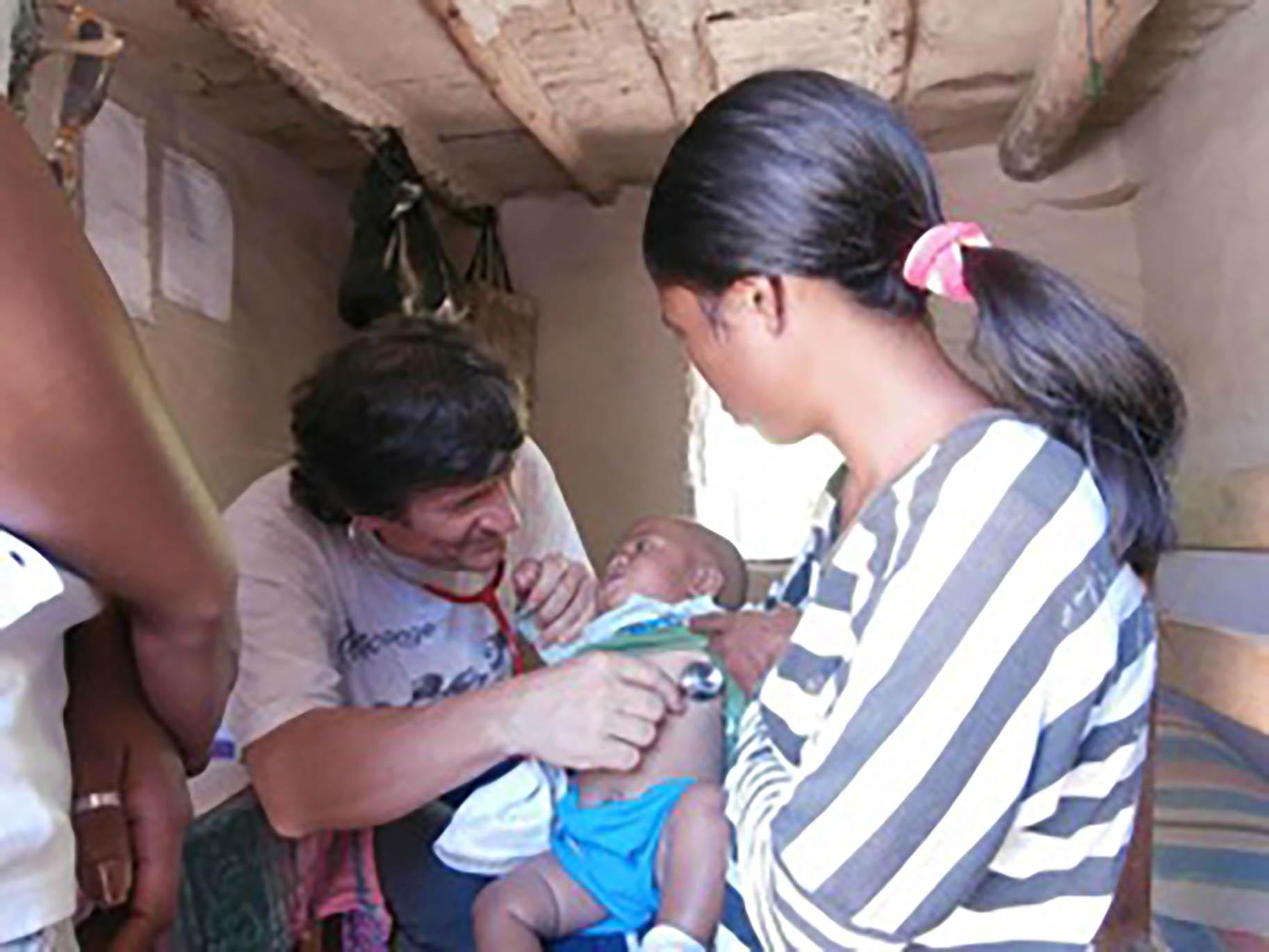 pediatra visita bambino africano