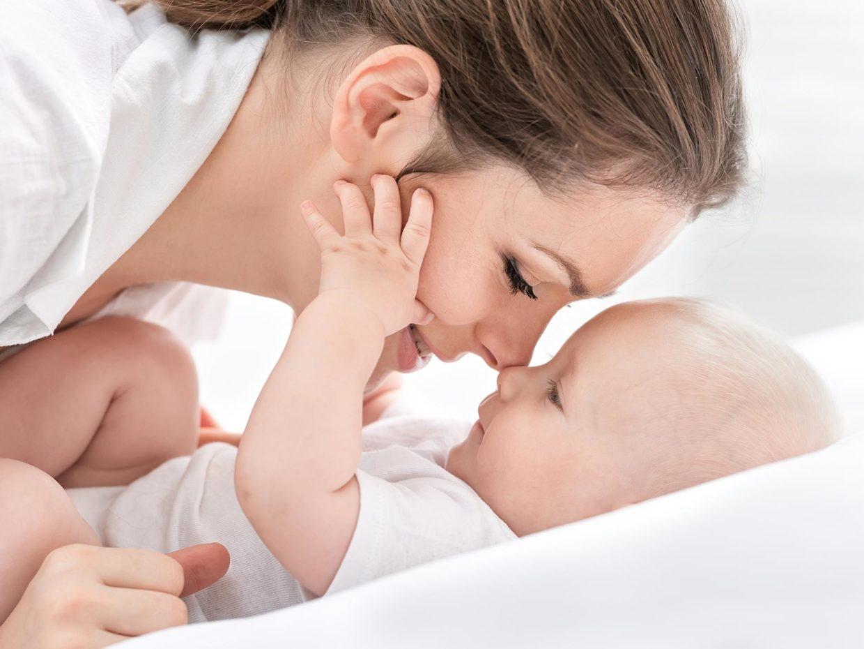 mamma e figlio si guardano negli occhi molto da vicino