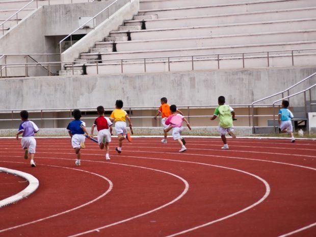 bambini partecipano ad una gara di corsa
