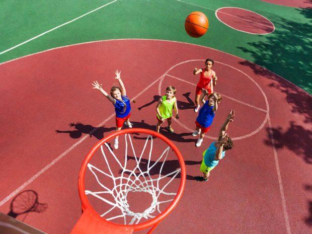 gruppo di ragazzi giocano a basketball all'aperto