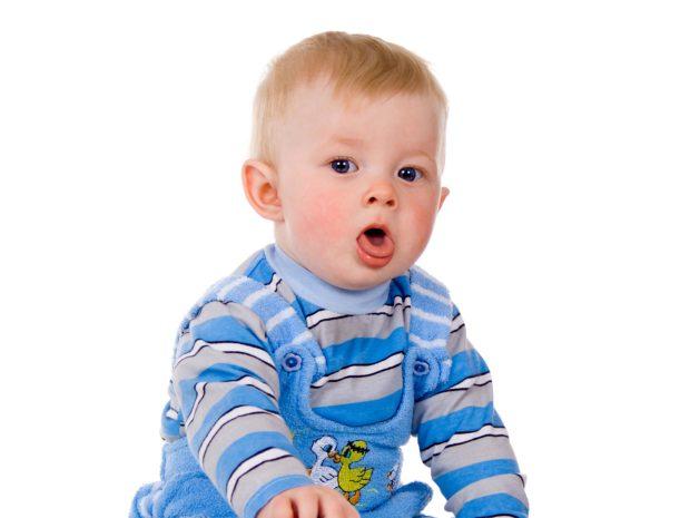 bambino piccolo tossisce