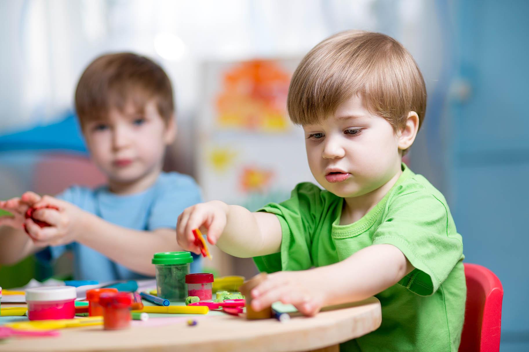 bambini al nido giocano con giocattoli colorati