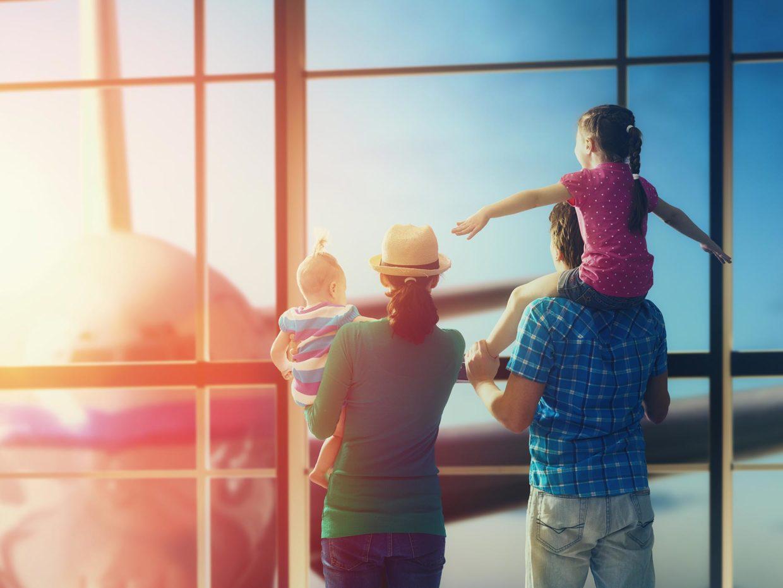 famiglia in attesa all'aeroporto