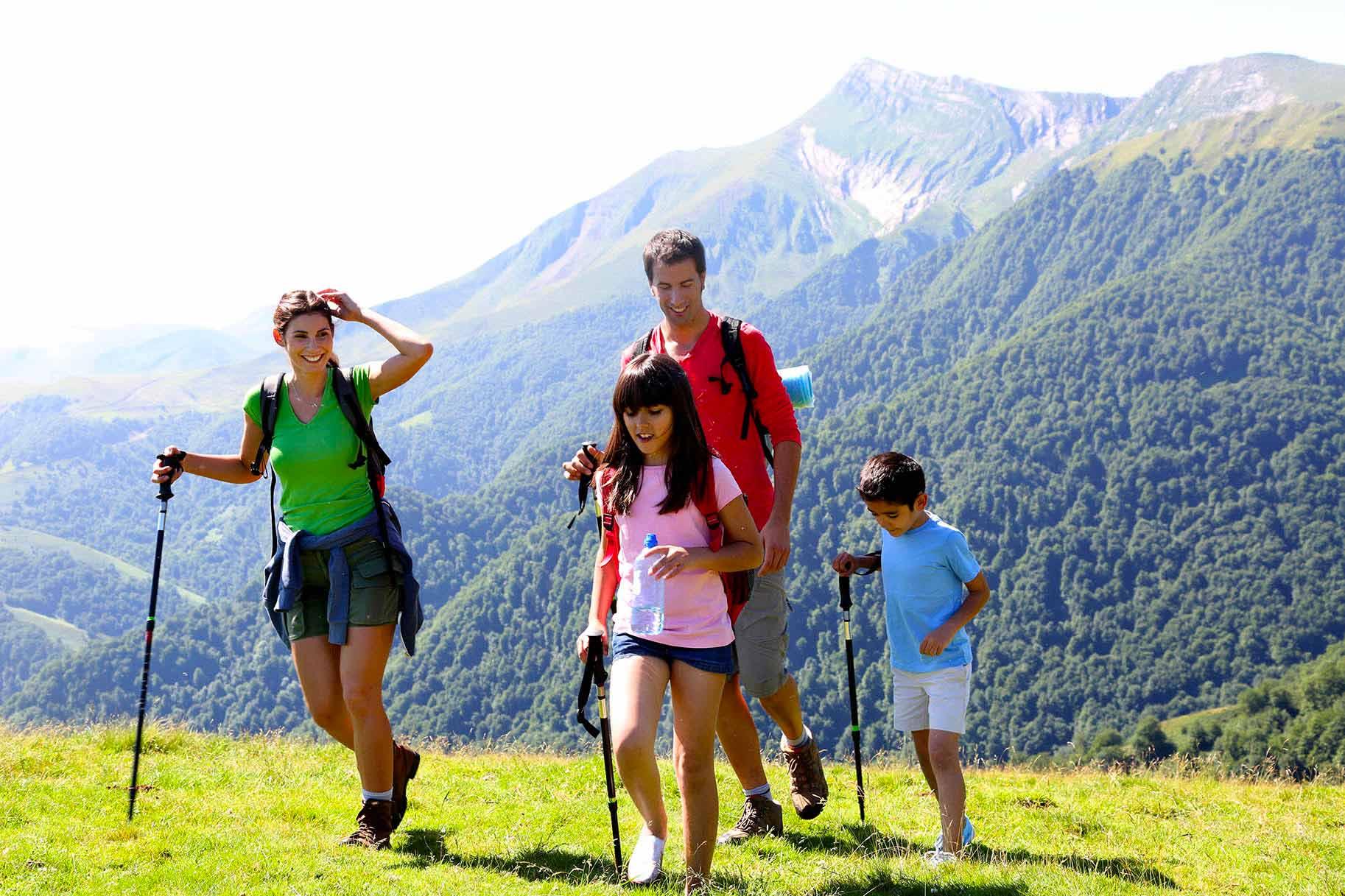 famiglia passeggia in montagna