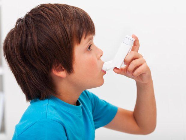 bambino utilizza distanziatore per asma