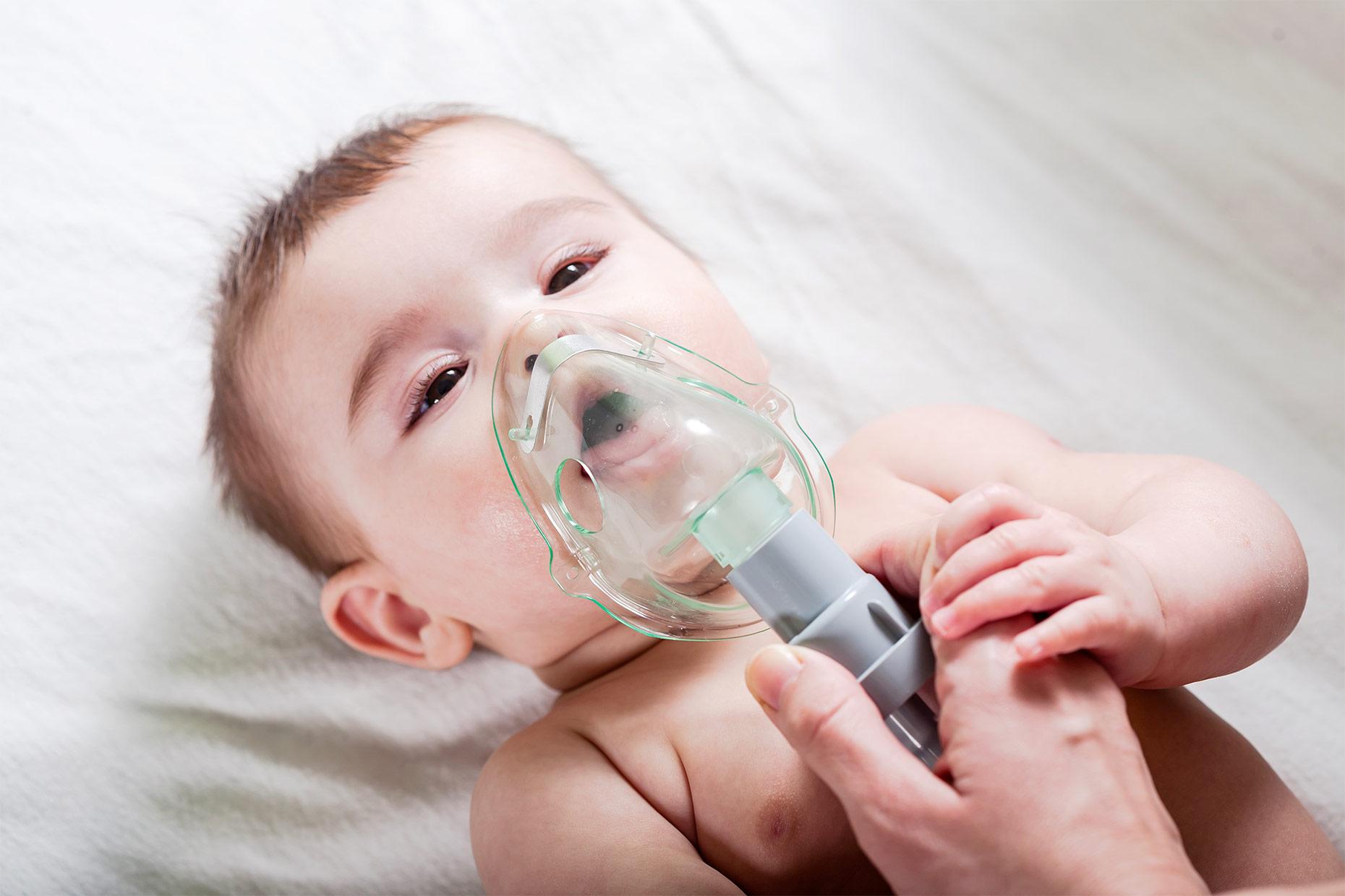 neonato utilizza mascherina per aerosol