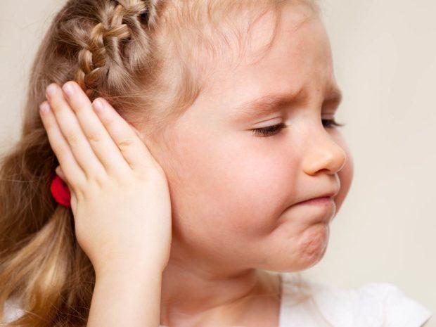 bambina si tocca orecchio dolorante