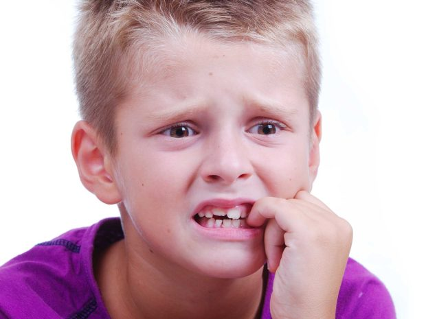 bambino si mangia le unghie