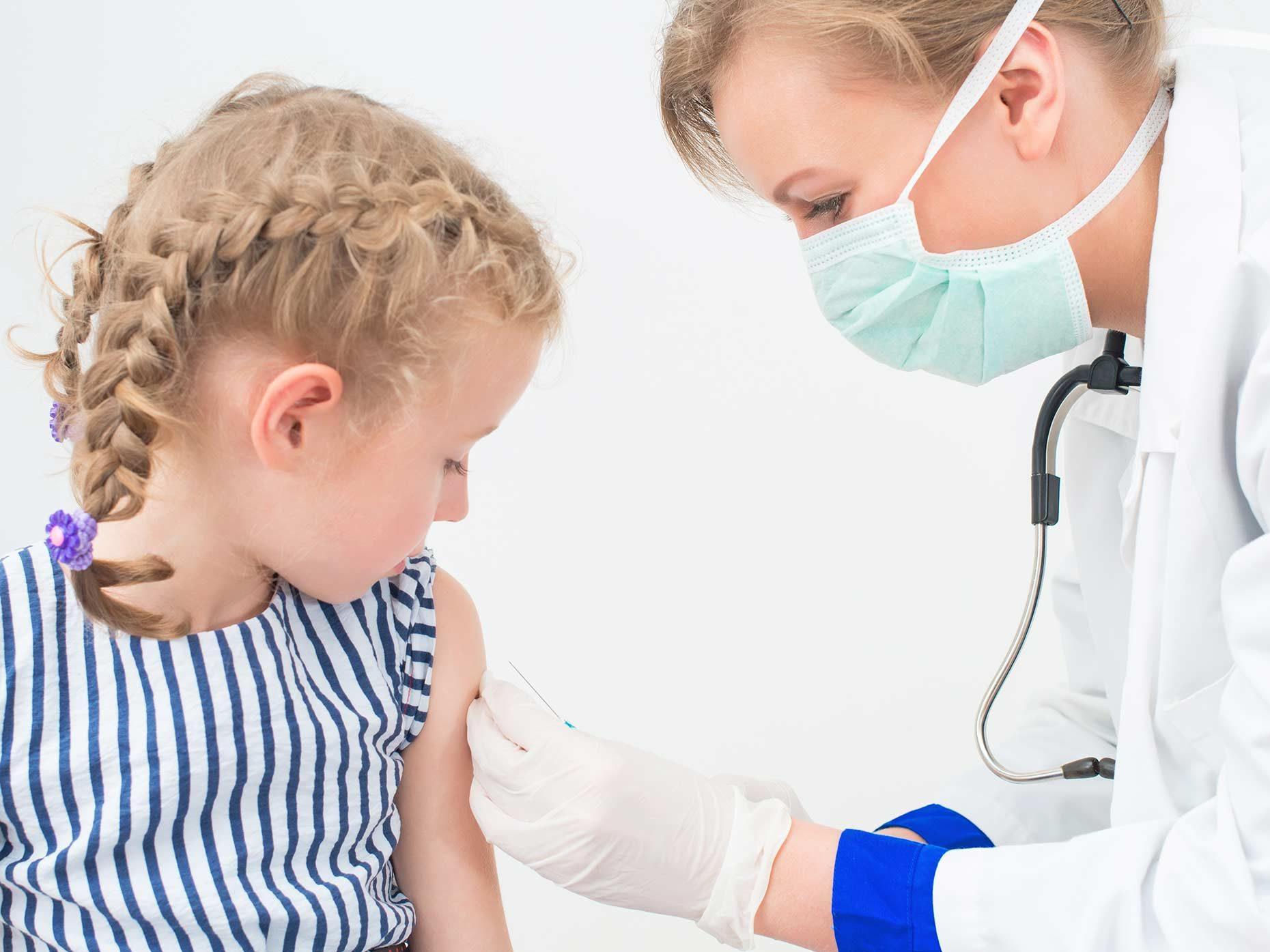 bambina bionda viene vaccinata dalla pediatra