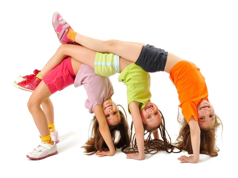 bambine fanno il ponte incurvando la schiena