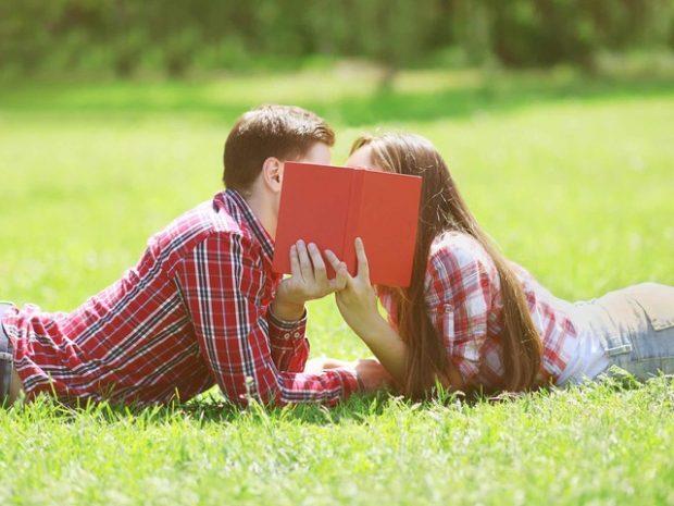 adolescenti che si baciano
