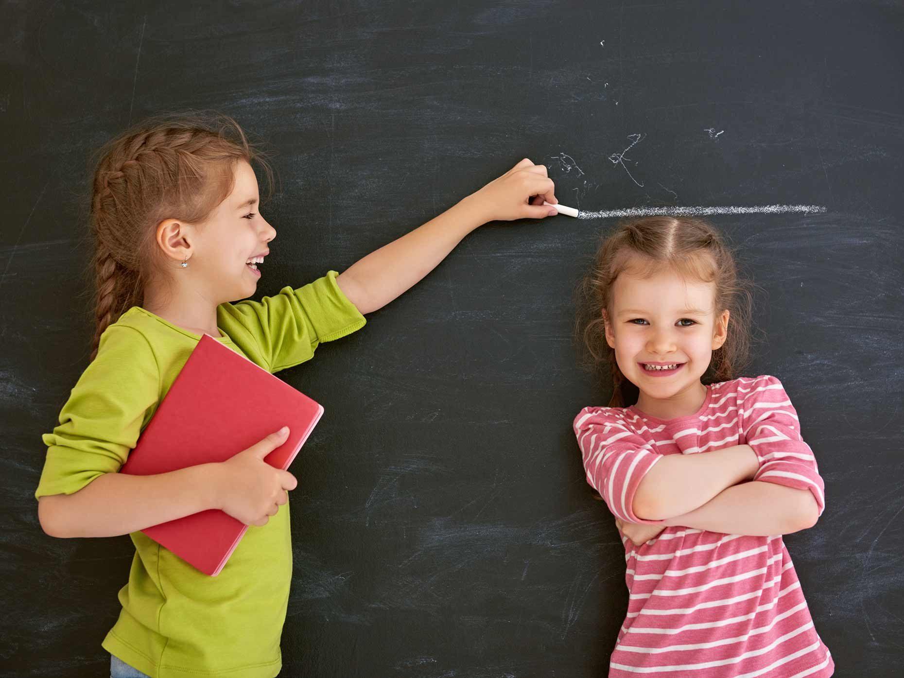due bambine misurano la propria altezza