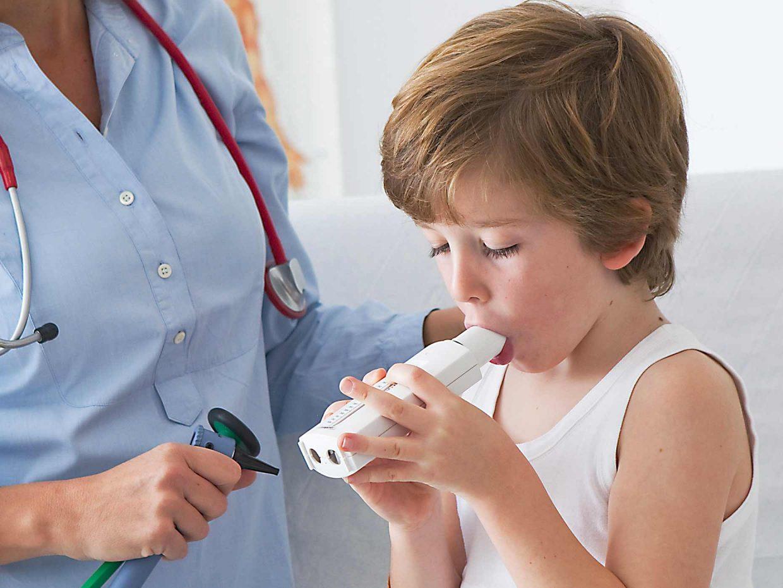 bambino svolge il test per l'asma