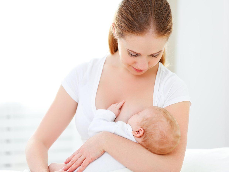 giovane donna allatta al seno il bebè