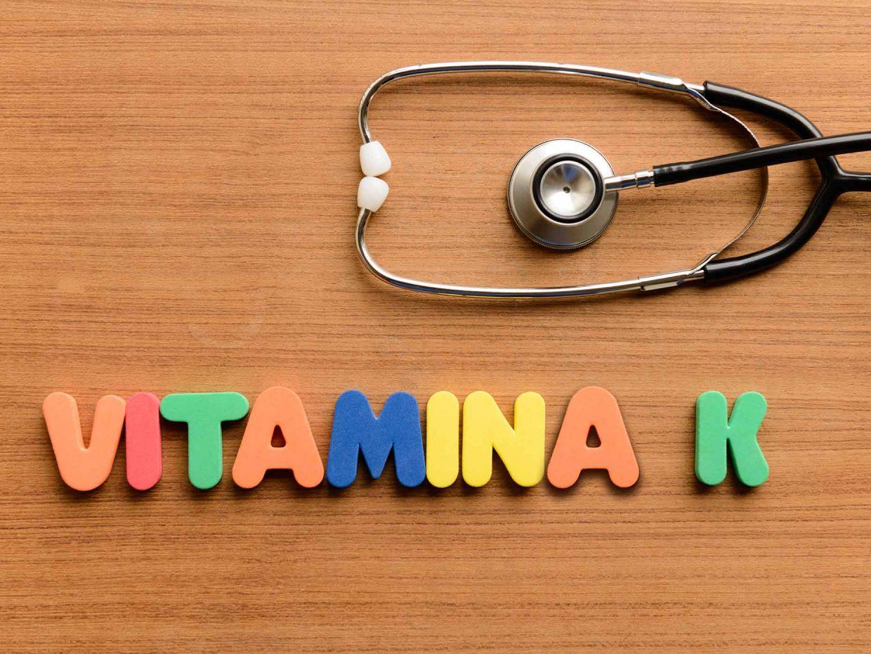 """stetoscopio con sotto la scritta """"vitamina k"""""""