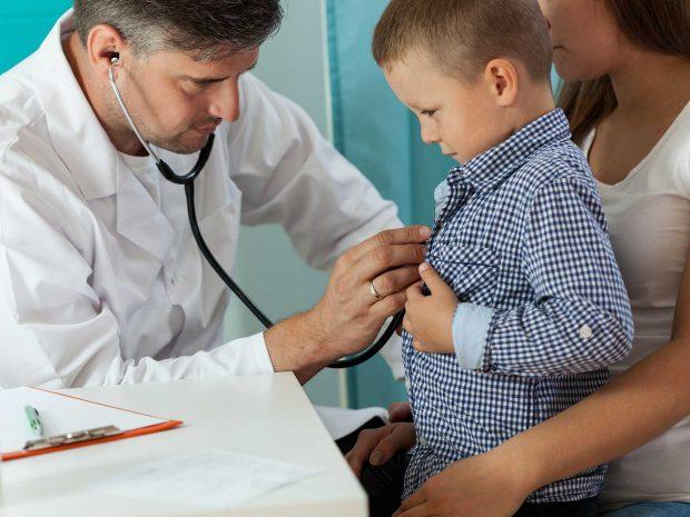 pediatra utilizza lo stetoscopio per auscultare il battito cardiaco di un bambino