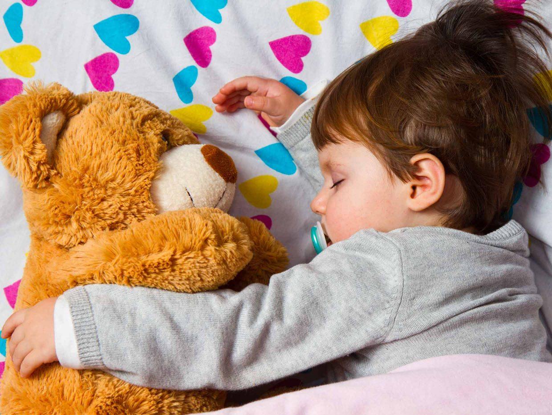 bambino dorme abbracciato al suo peluche